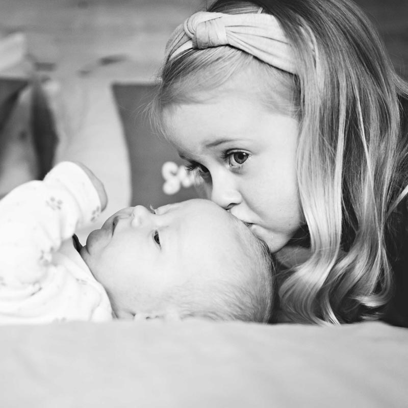 newborn lifestyle photography | newborn with sister